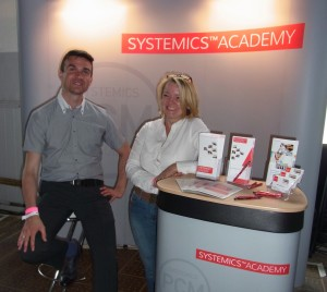 Cornelia Wolter und Ben Gross am Stand der SYSTEMICS ACADEMY auf der Sticks & Stones Messe 2016